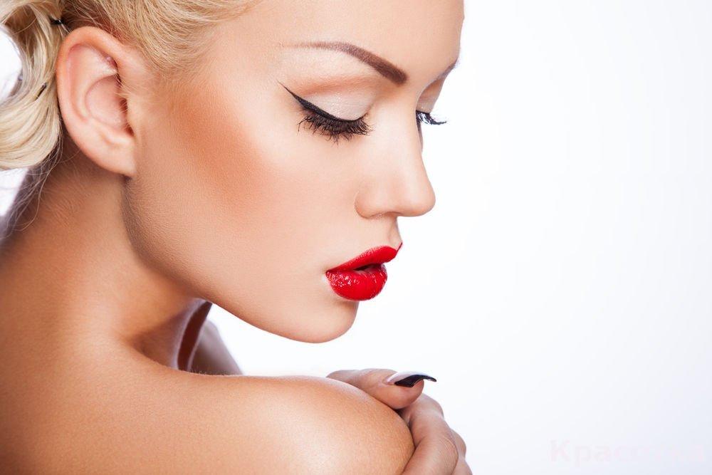 Красная помада для макияжа губ