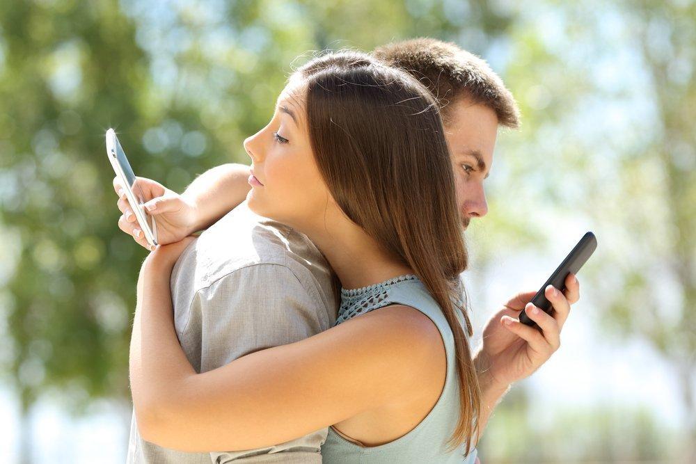Привычка везде носить с собой телефон