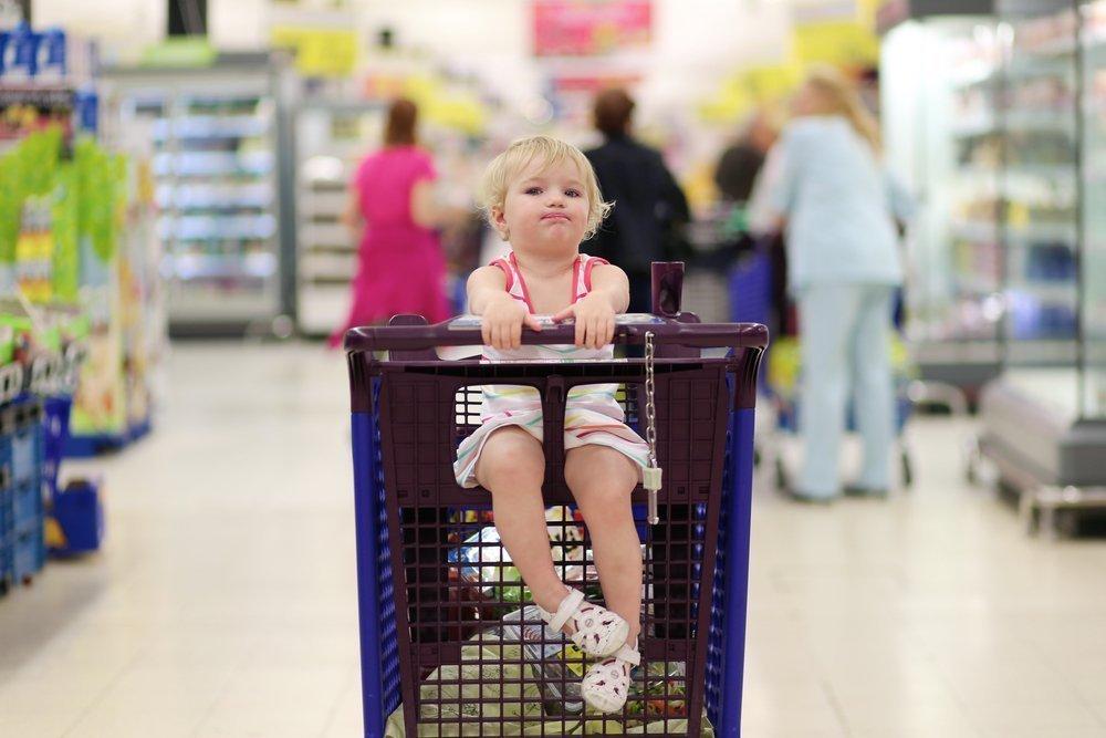 1. Размещение ребенка на верхней части магазинной тележки