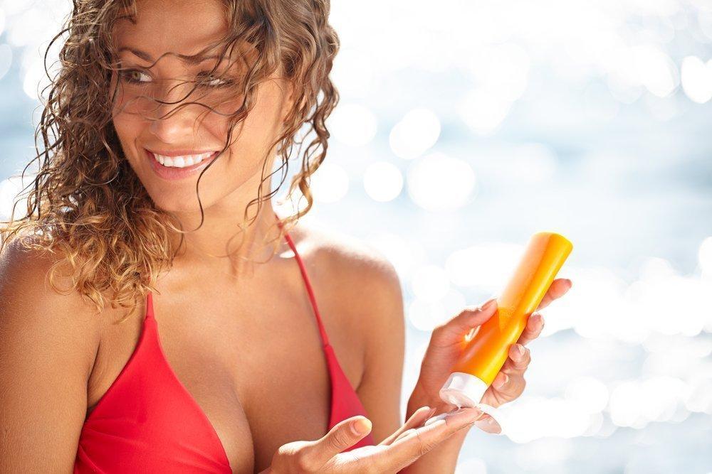 Косметика для красоты лица во время пляжного отдыха