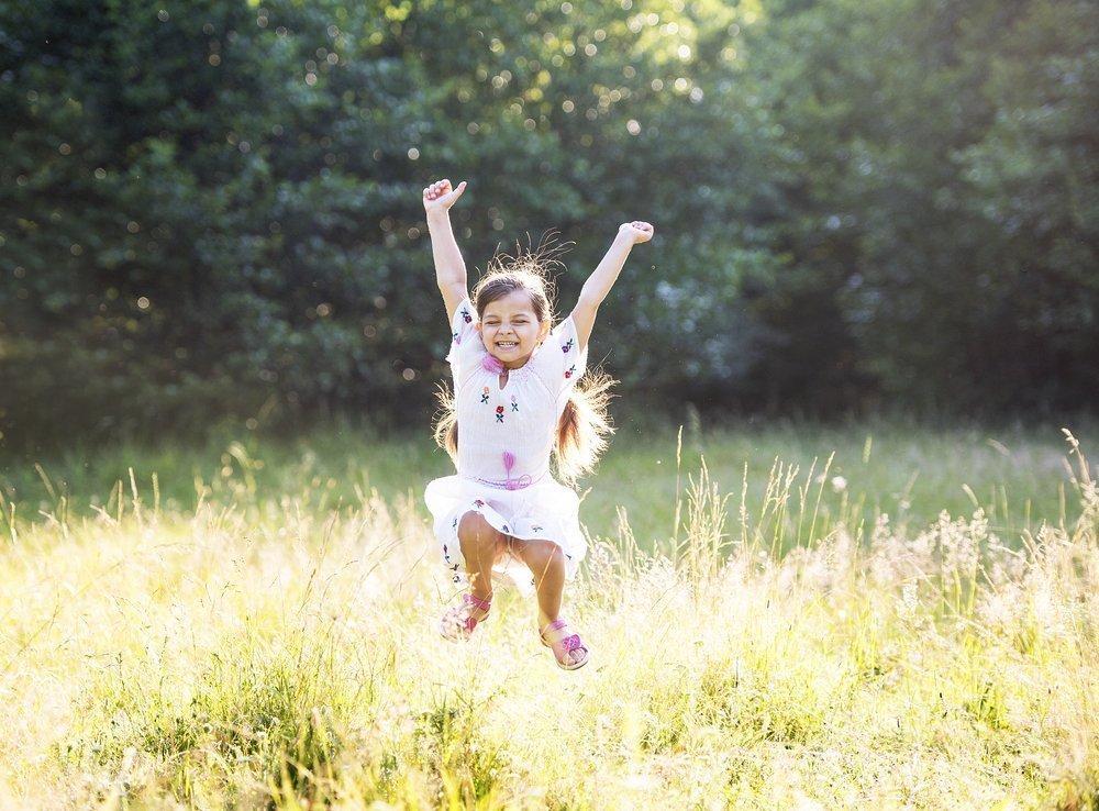 Ребенок и прыжки через «костер»