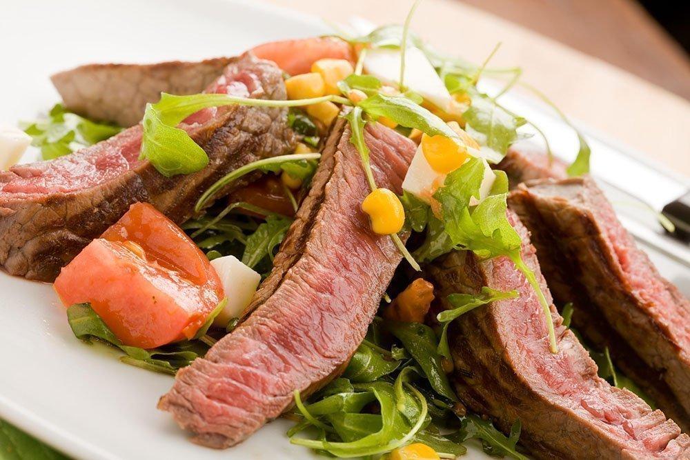 Салаты с жареным мясом, грибами, морепродуктами
