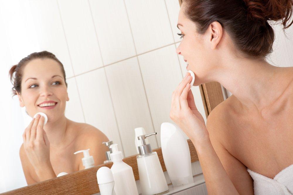 Этап очищения кожи перед нанесением макияжа обязателен
