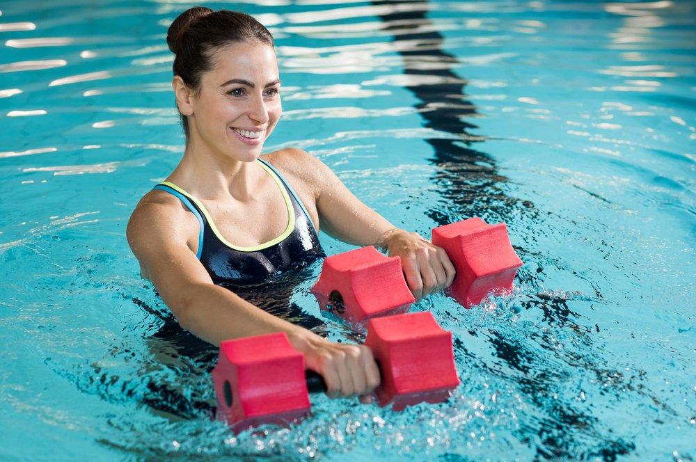 Польза и преимущества выполнения физических упражнений в воде