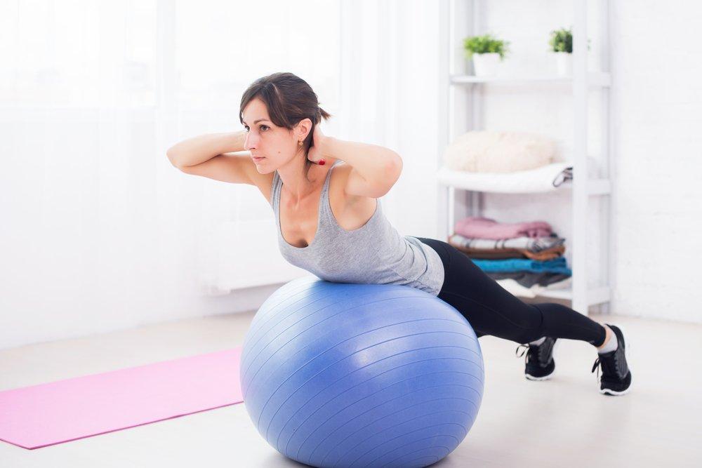 Занятия фитнесом с гимнастическим мячом