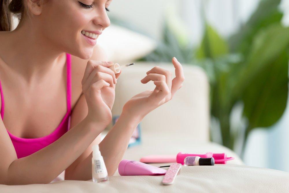 Как защитить кожу и не испачкать ее лаком?