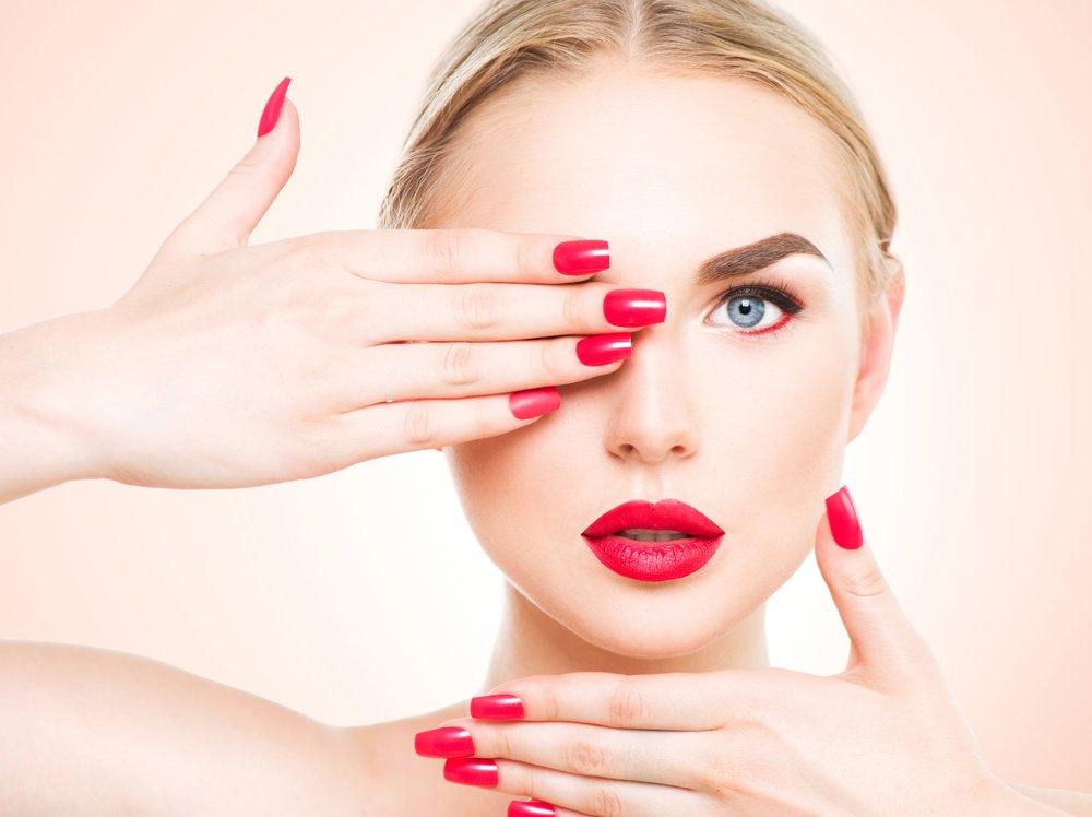 Стразы на бровях для яркого макияжа глаз