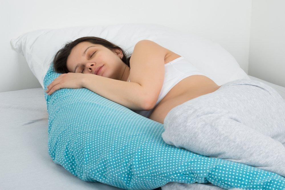 Здоровье мамы: зачем нужна специальная подушка для сна?