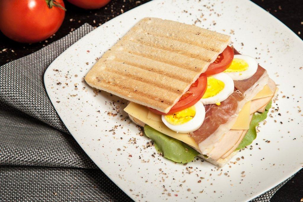 Сендвич со шпинатом и яйцом