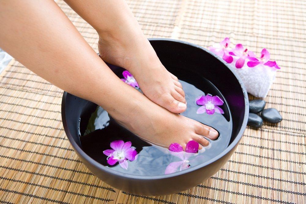 Регулярное очищение как основное правило ухода за ногтями на ногах