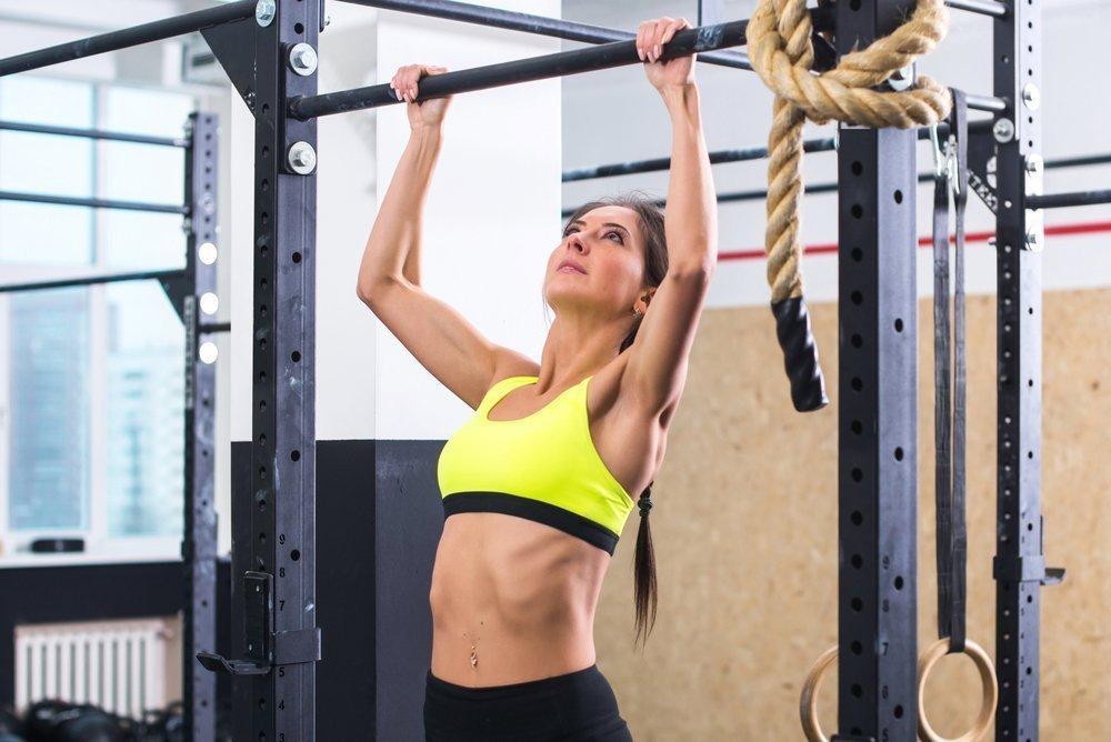 Фитнес-упражнения на турнике и отжимания