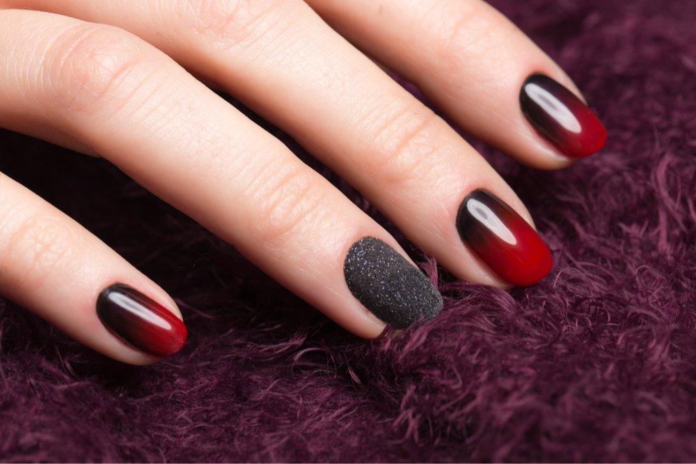 Омбре на ногтях с помощью губки и фольги
