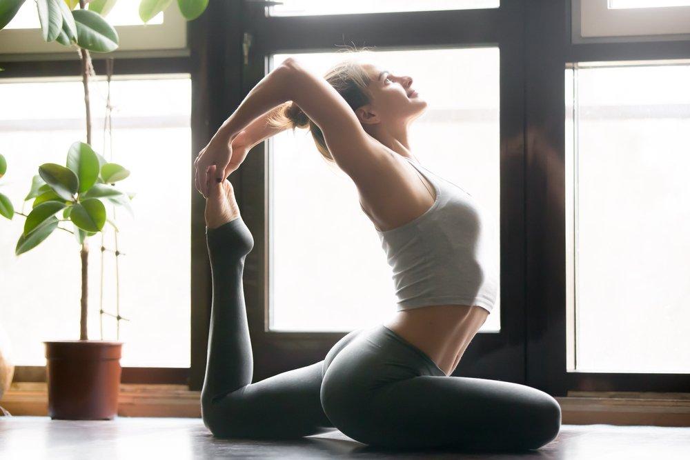 Практика йоги, выполняемая сидя или лежа