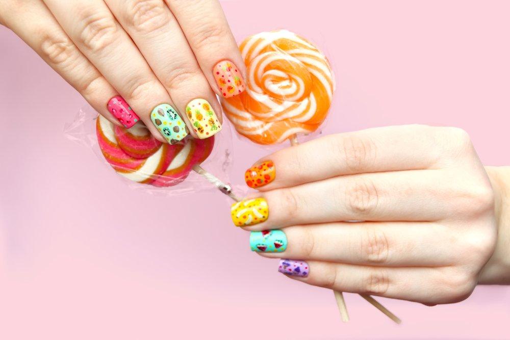 Целые фрукты на ногтях