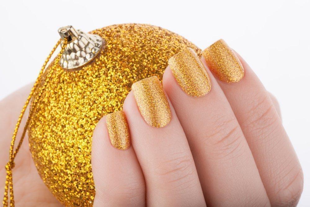 Дизайн ногтей с золотистым лаком