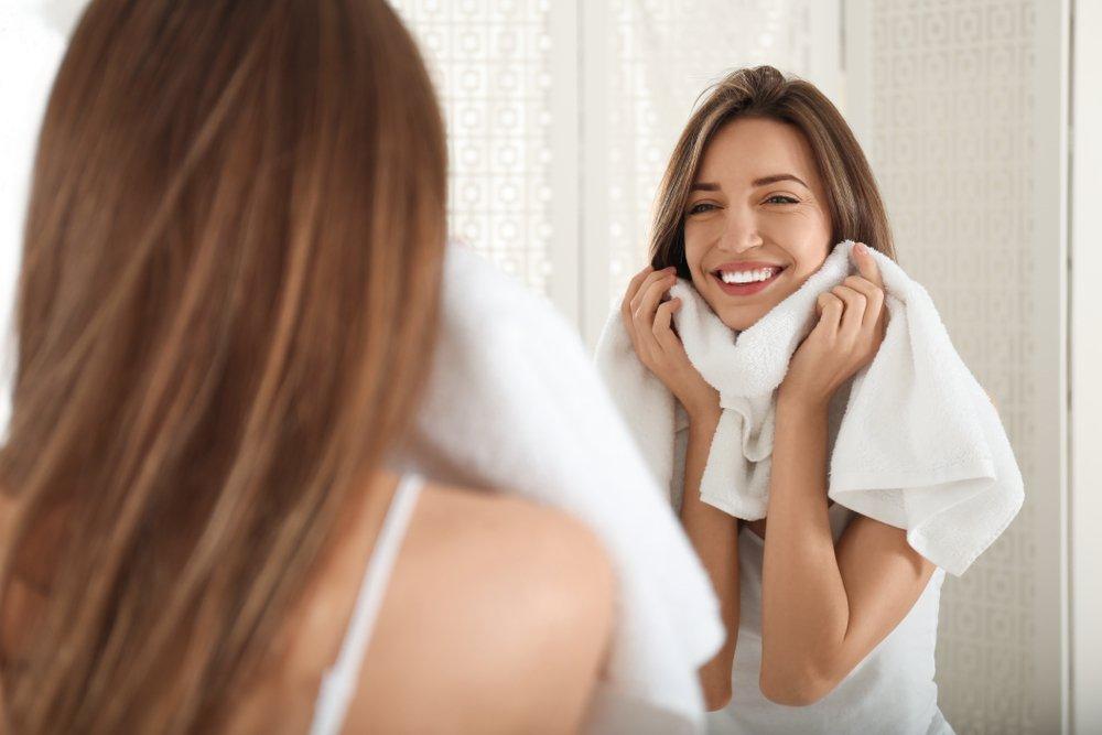 7. Интенсивно вытираете лицо