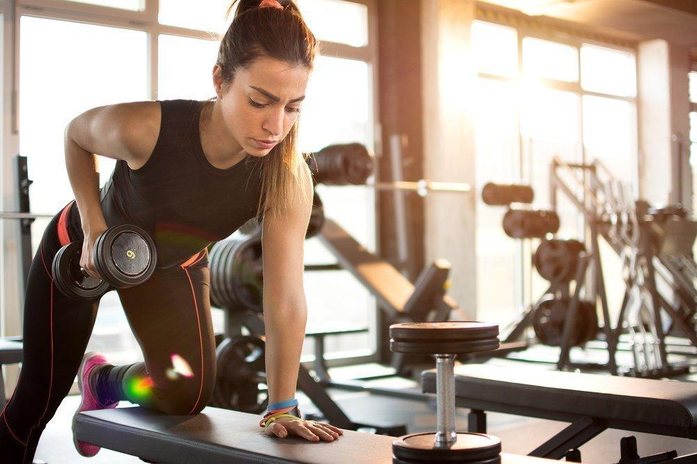 Свободные веса и тренажеры: выбор физической нагрузки