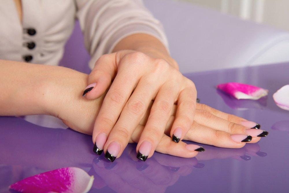 Френч с черными кончиками ногтей Источник: orogoldcosmetics.com