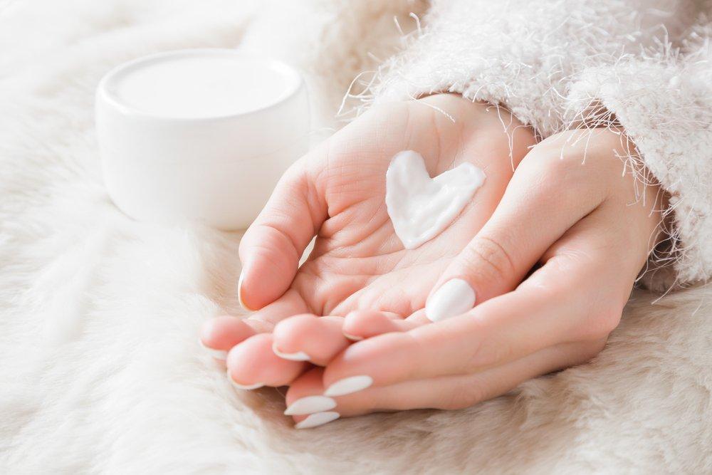 Смазываем руки кремом