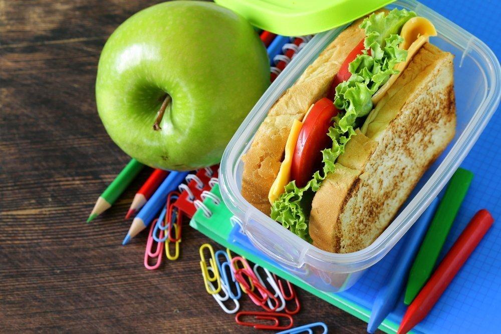Хлебцы + листовой салат + помидоры + яблоко