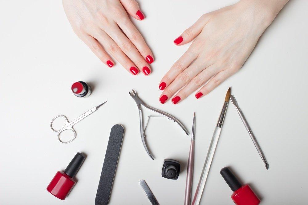 Лаки и инструменты для маникюра в жестком чехле
