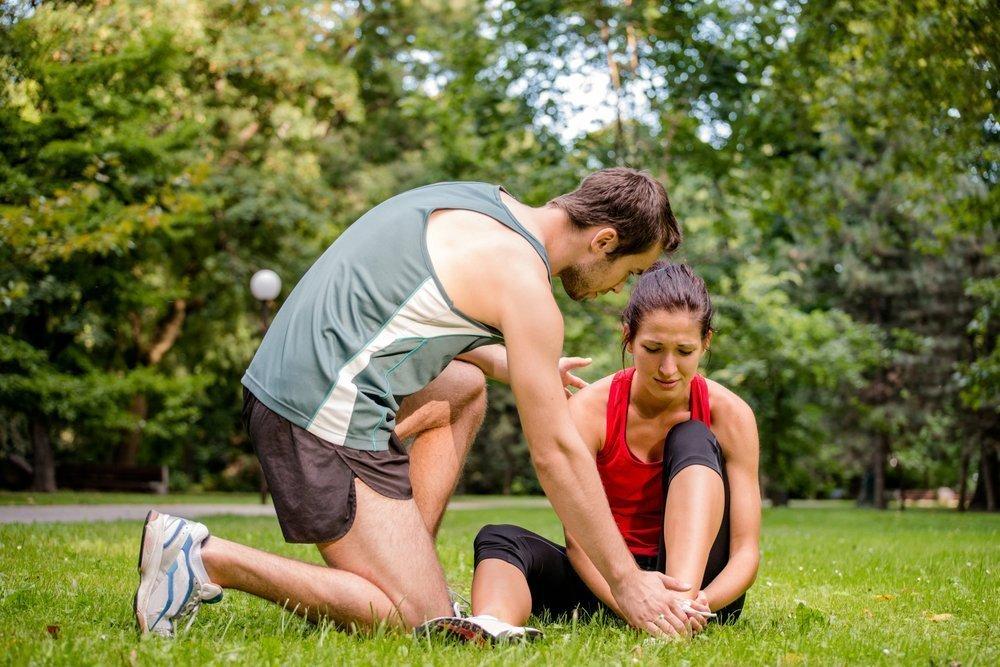 Боль и гематома — первые симптомы перелома лодыжки