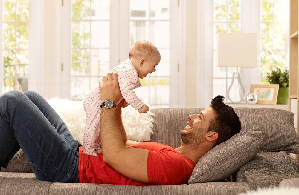 Малыш спокоен у папы на руках
