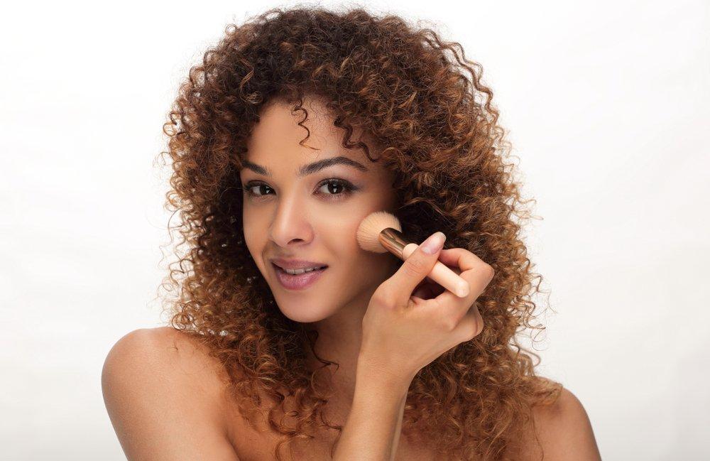 Как наносить макияж с румянами на смуглую кожу