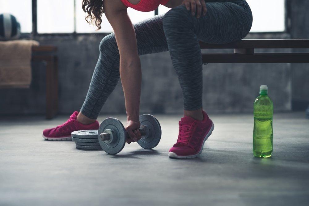 Силовое занятие фитнесом для верхних и нижних конечностей для женщин