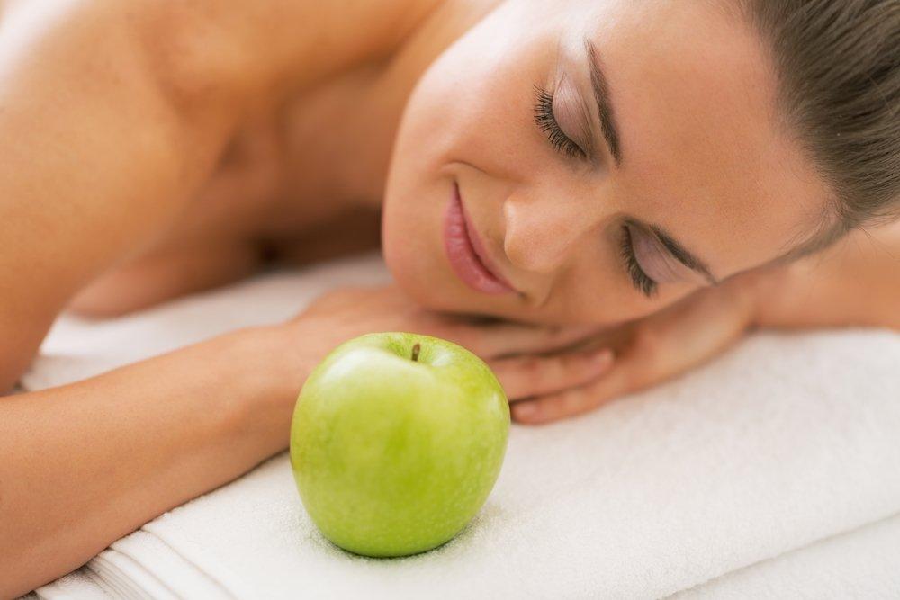 Массаж яблоками против раннего старения кожи