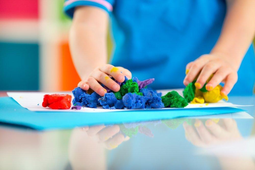 Первые игры с пластилином для детей