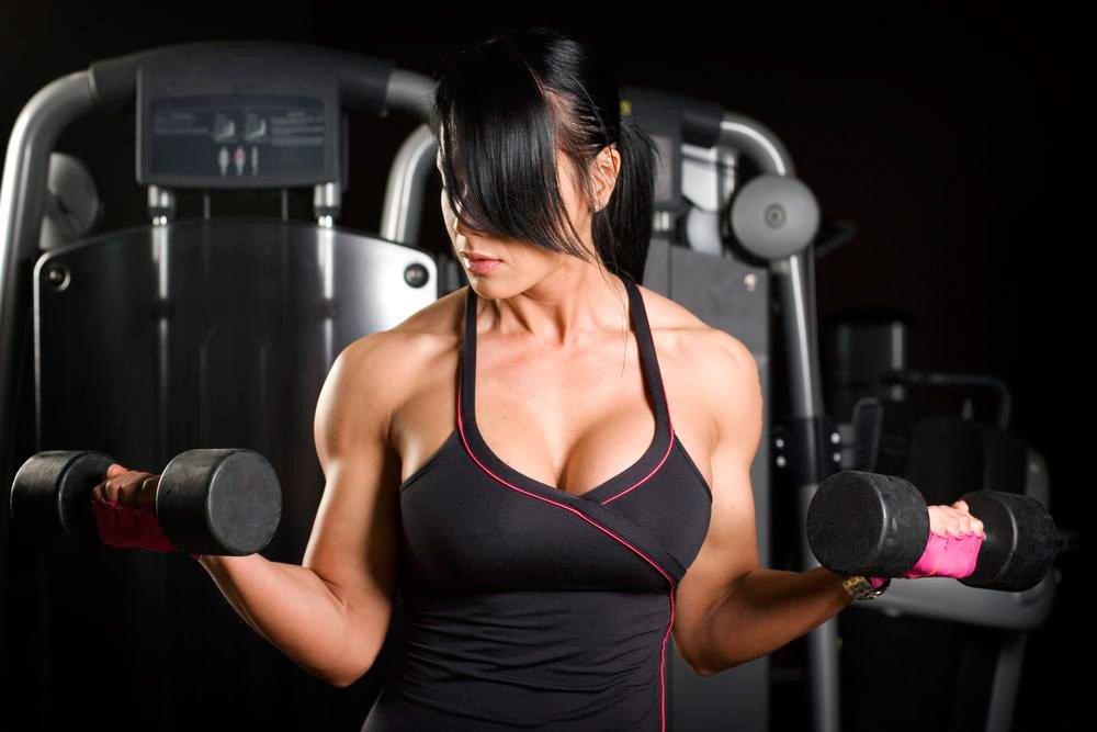 Тренировки дома: комплекс фитнес-упражнений для груди