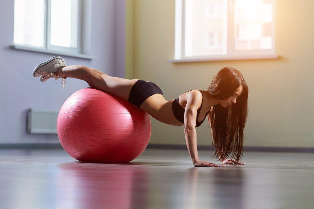 Упражнения на швейцарском мяче для похудения