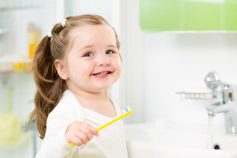 Чистить зубы детям нужно с момента их прорезывания