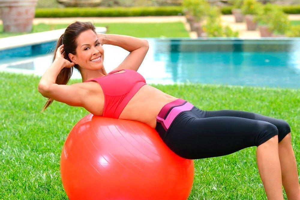Лучшие фитнес-упражнения с фитболом