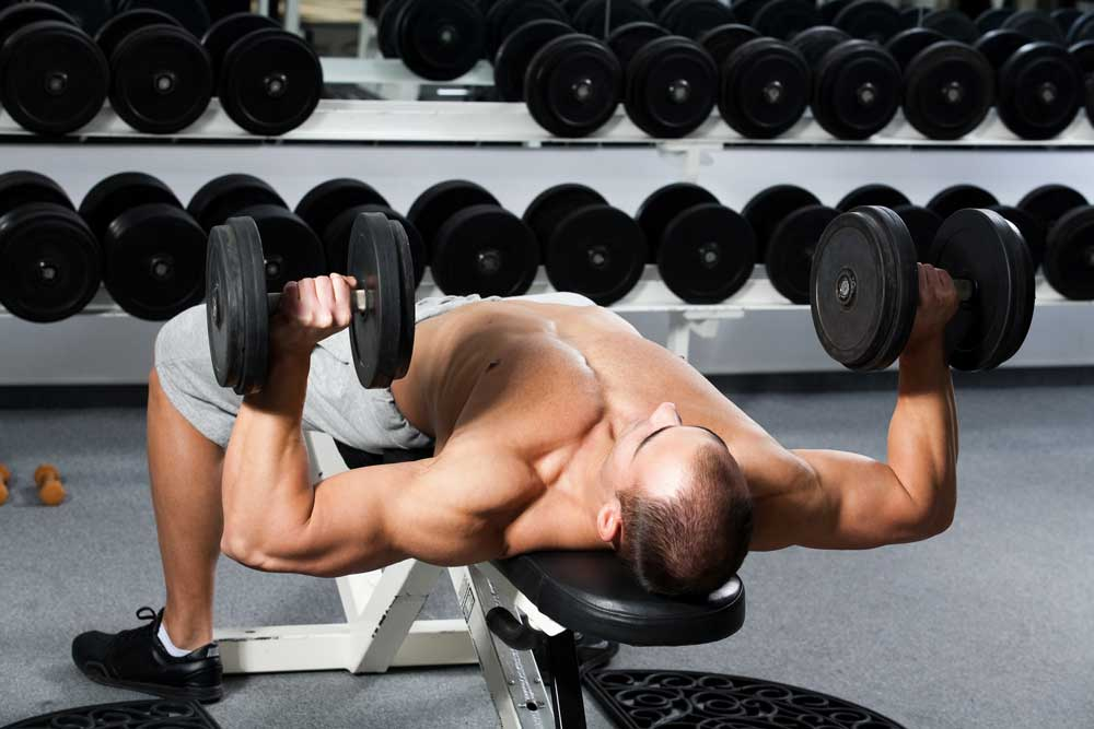 Упражнение на скамье с гантелью