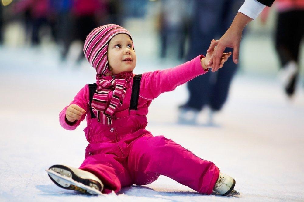 Дети на льду в первый раз