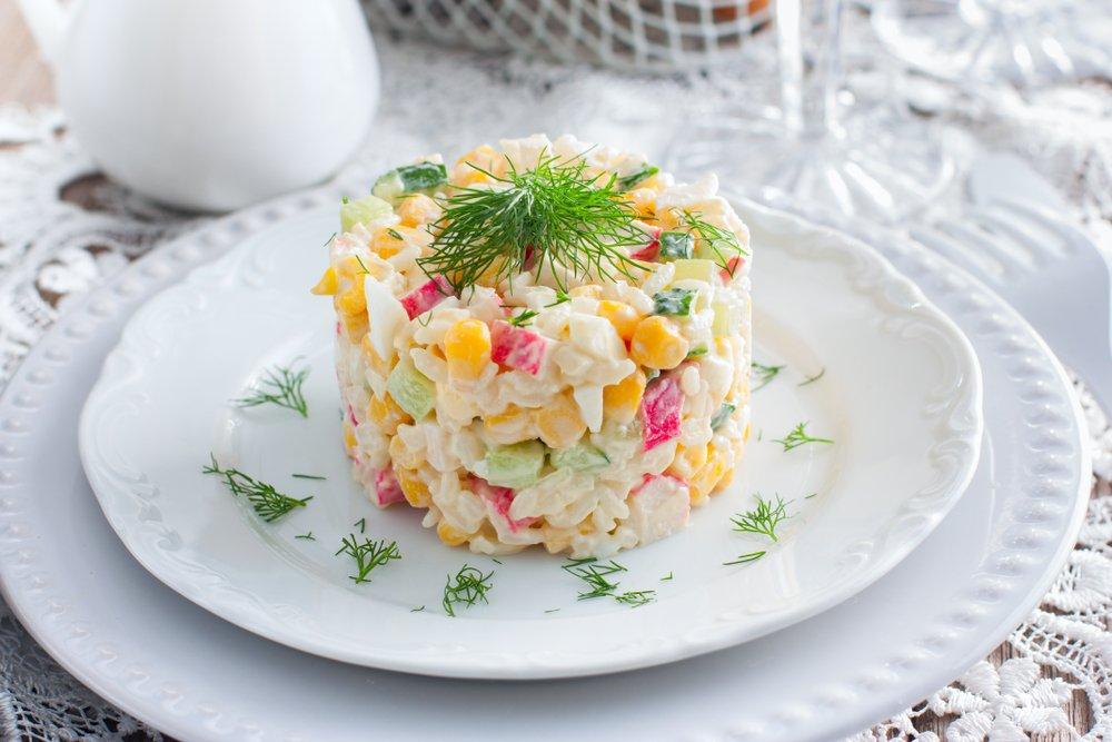 Классический рецепт крабового салата с кукурузой