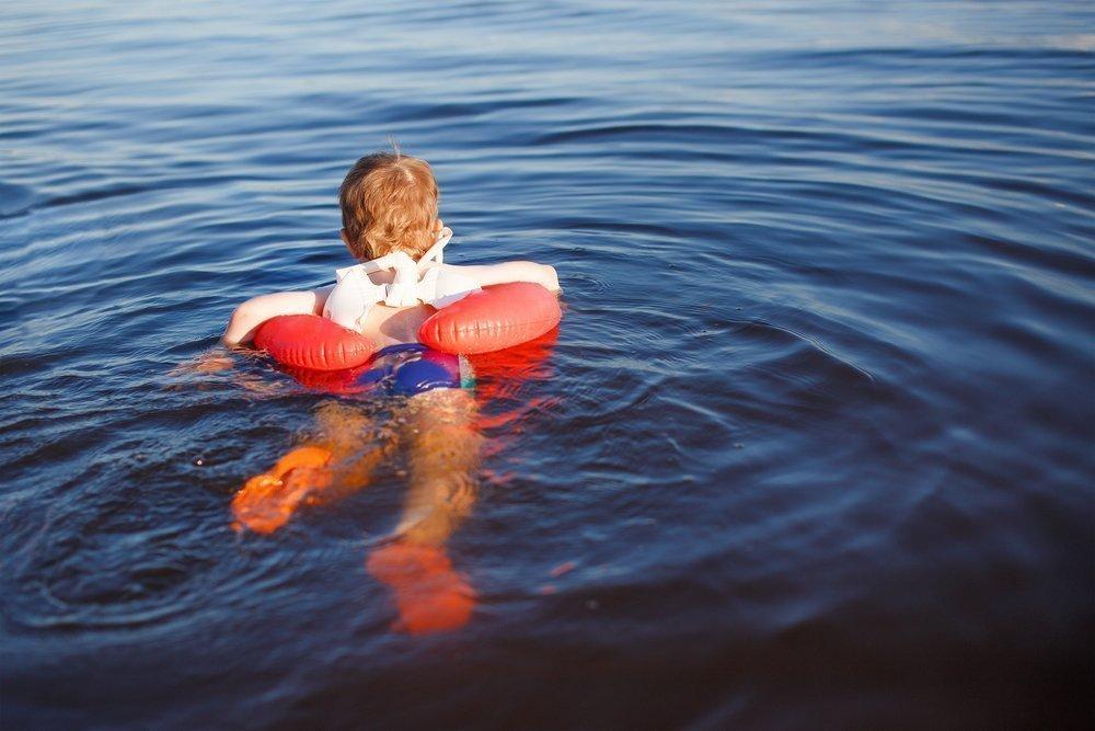 Родители учат плавать