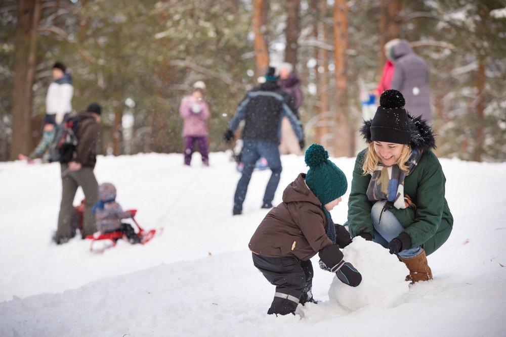 Лепим снеговика с малышами: подробная инструкция