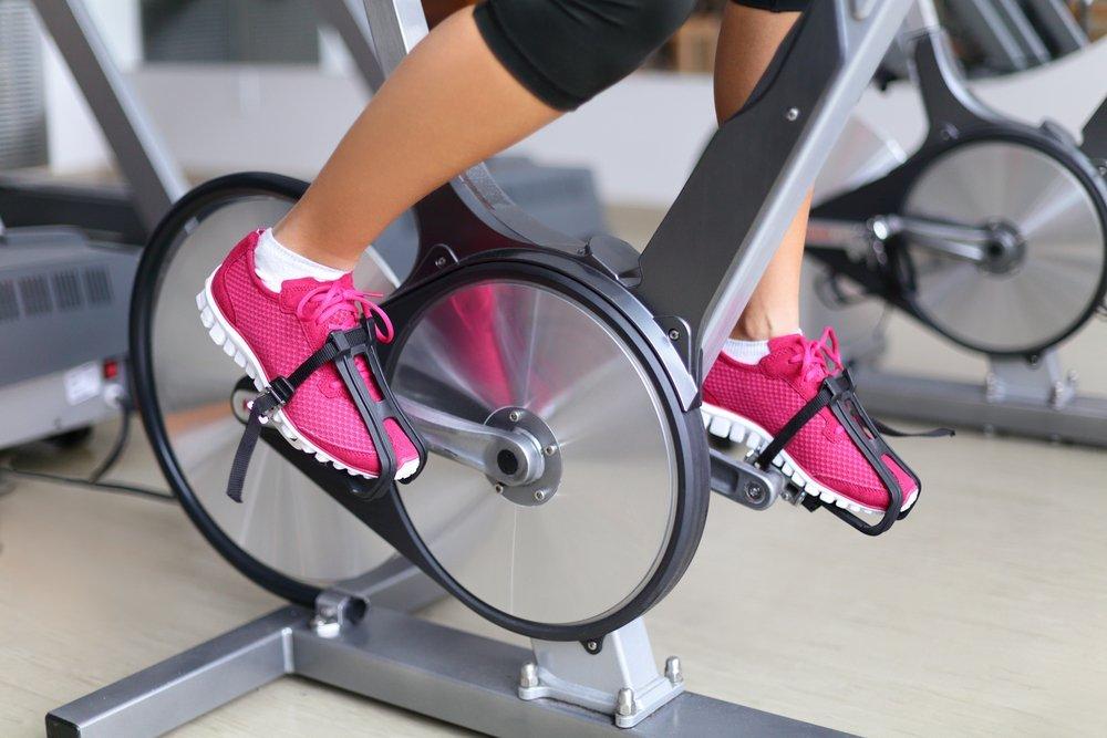 Упражнения на велотренажере: как разнообразить рутинное кручение педалей?
