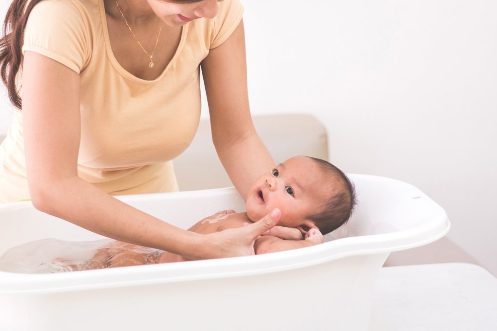 Правила ухода за кожей малыша в роддоме и дома