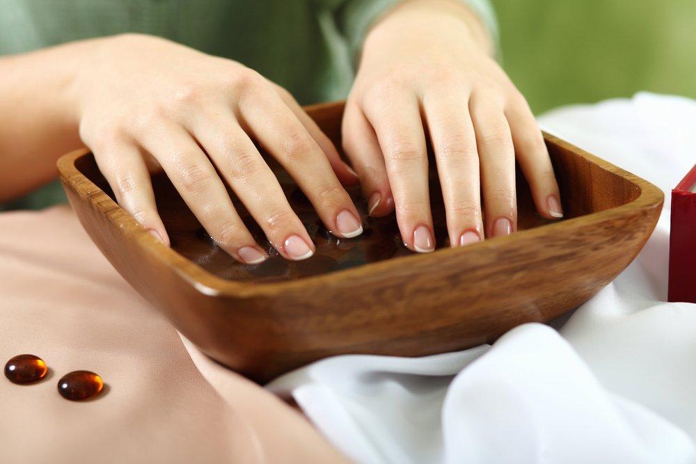 Регулярно включайте в домашний уход теплые ванночки для рук