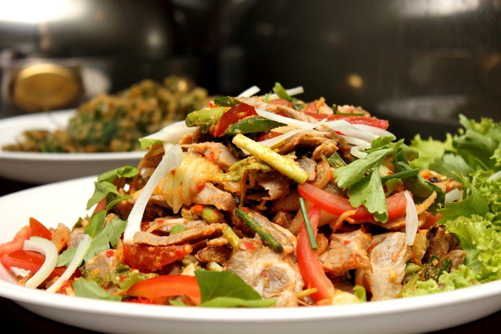 Салат со свининой и овощами под горчичной заправкой