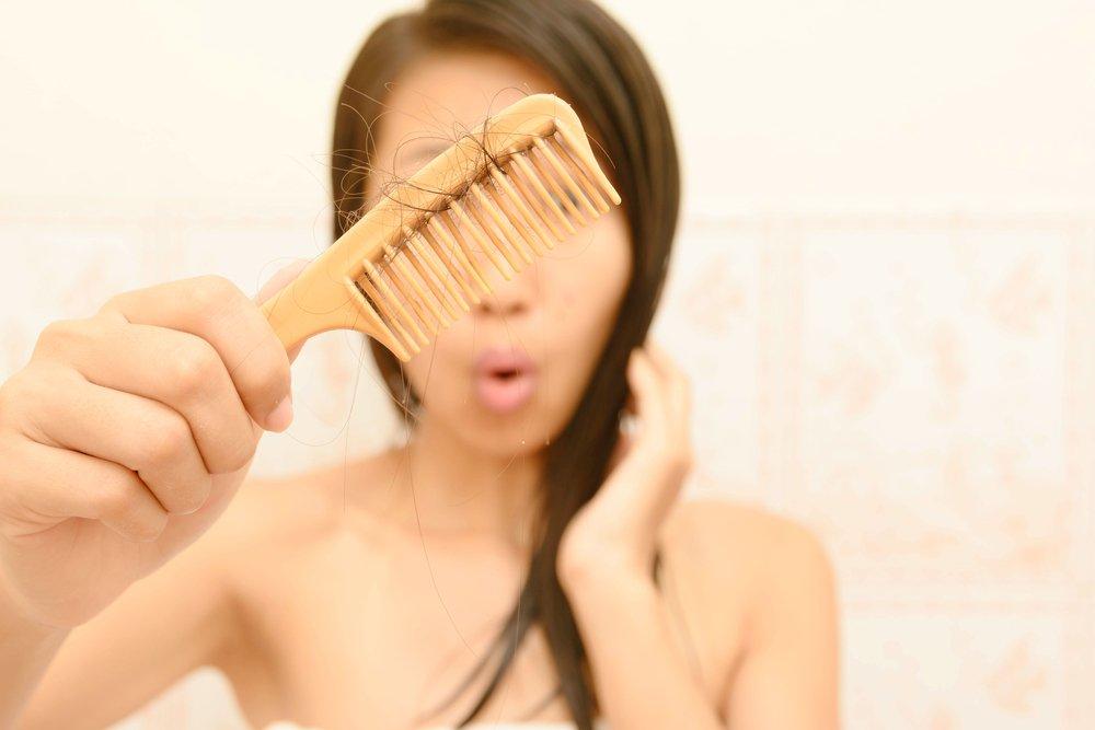 Женская красота: почему выпадают волосы?