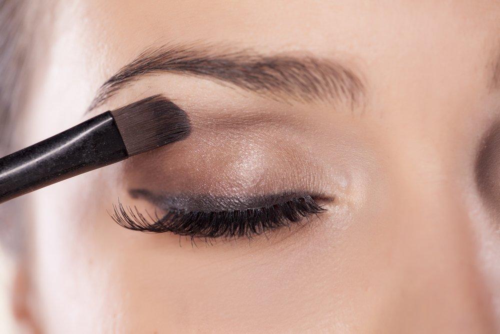 Темные матовые тени в макияже глаз