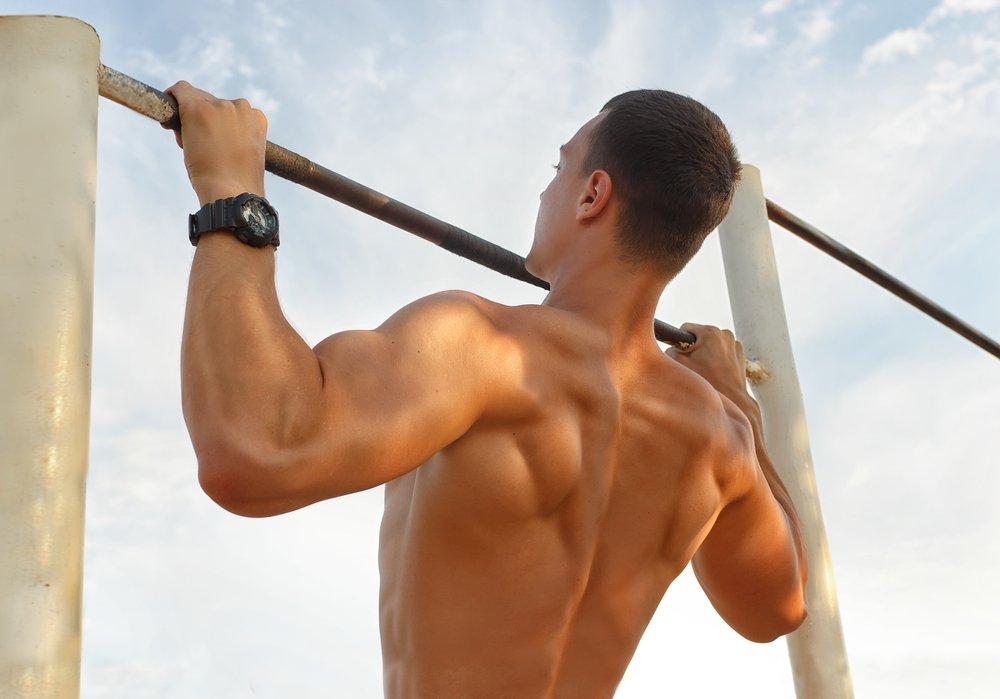 Базовое занятие фитнесом для мышц плеч на турнике и брусьях