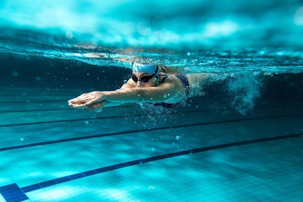 Почему судороги бывают при плавании?