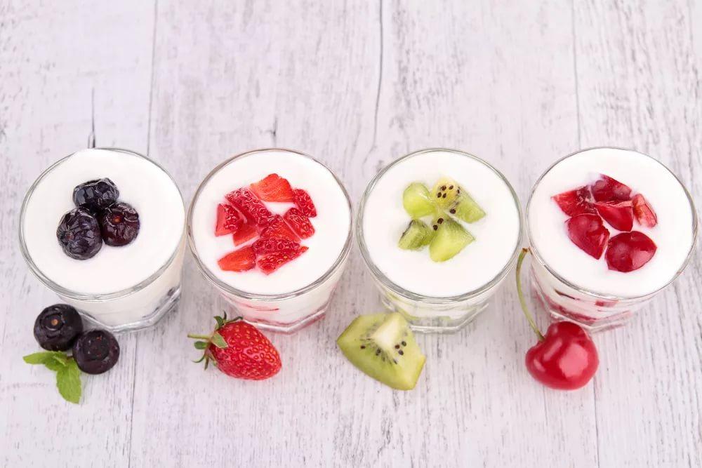 Йогурт, фрукты и ягоды