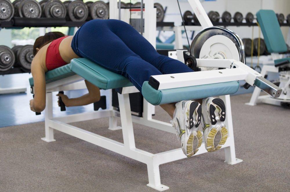 Эффективные фитнес-упражнения для тренировки бицепса бедра